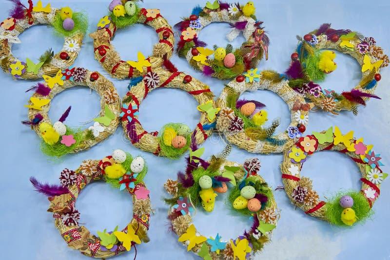 复活节花圈用复活节彩蛋、婴孩鸡和复活节装饰 免版税库存照片