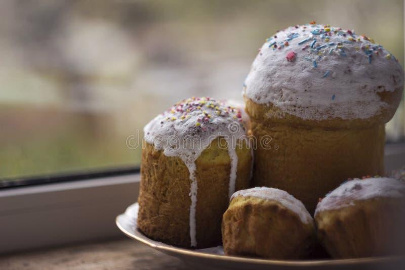 复活节蛋糕与白色结冰和洒用小的糖果o 图库摄影