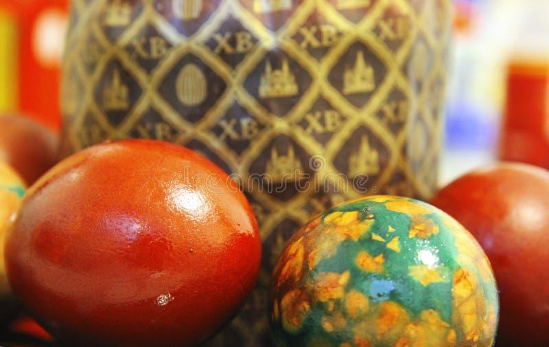 复活节蛋糕和五颜六色的被绘的鸡蛋在黑色的盘子 免版税图库摄影