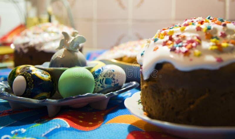复活节蛋糕和复活节彩蛋传统装饰和属性 愉快的复活节 库存图片