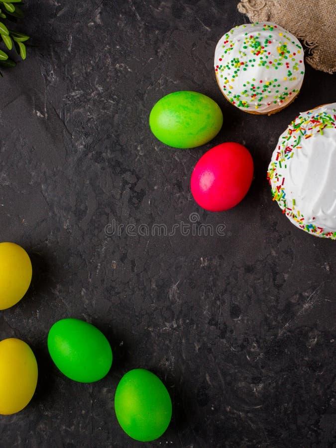 复活节蛋糕和复活节彩蛋,传统假日属性复活节快乐! 背景许多饺子的食物非常肉 顶视图 图库摄影