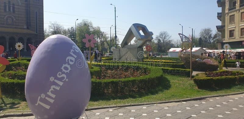 复活节装饰在蒂米什瓦拉罗马尼亚联合广场宽容和正统复活节假日-红萝卜蛋小兔 库存图片