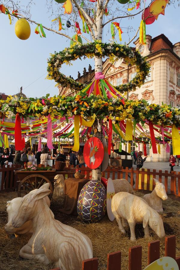 复活节装饰在街市,布拉格上 免版税库存照片