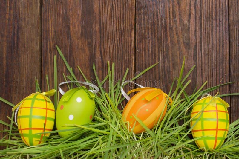 复活节装饰用在木背景的鸡蛋 图库摄影