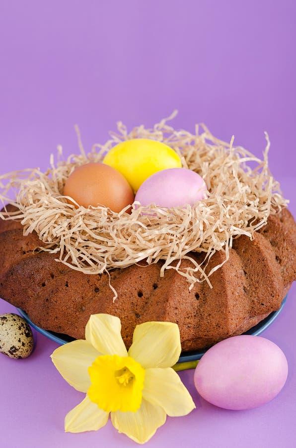 复活节静物画、复活节蛋糕、鸡和鹌鹑蛋,在vio 库存照片