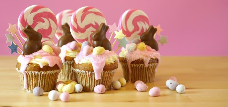 复活节题材糖果土地在党桌设置的滴水杯形蛋糕 库存照片