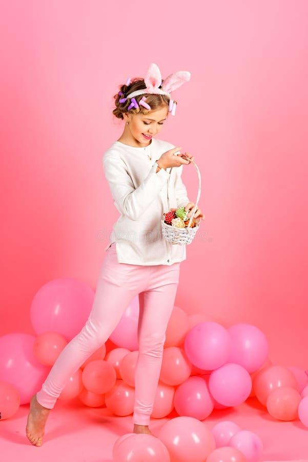 复活节,兔宝宝耳朵的女孩有气球的 图库摄影