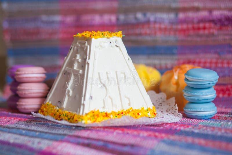 复活节 凝乳蛋糕用一个明亮的饼干 免版税库存图片
