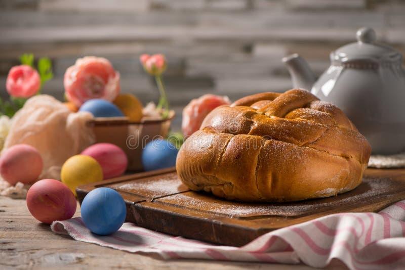 复活节folar用在木台式的鸡蛋 免版税库存照片