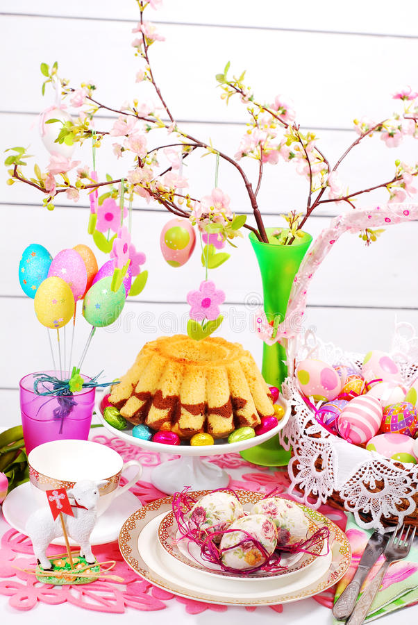 复活节与圆环蛋糕和篮子的桌装饰 库存图片
