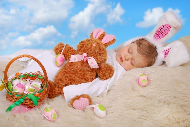 复活节兔子服装的睡觉的婴孩 图库摄影