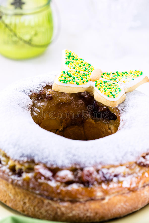 复活节圆环蛋糕用糖粉和五颜六色的蝴蝶 免版税图库摄影