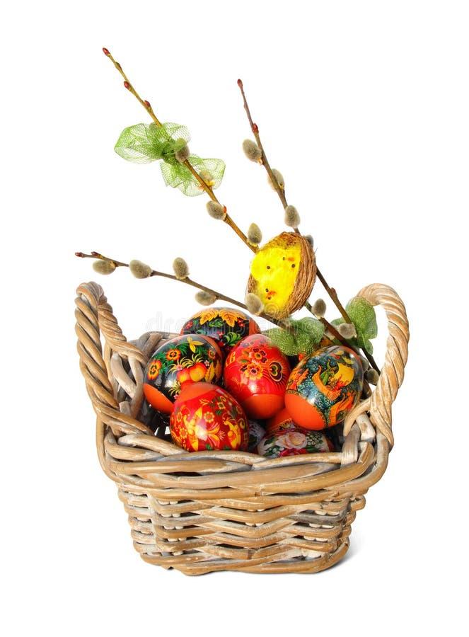 复活节彩蛋、杨柳枝杈和巢与小鸡 库存照片