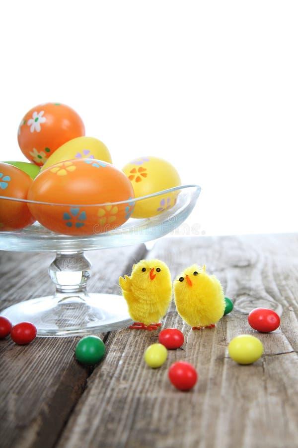 复活节彩蛋、糖果和鸡 免版税库存照片