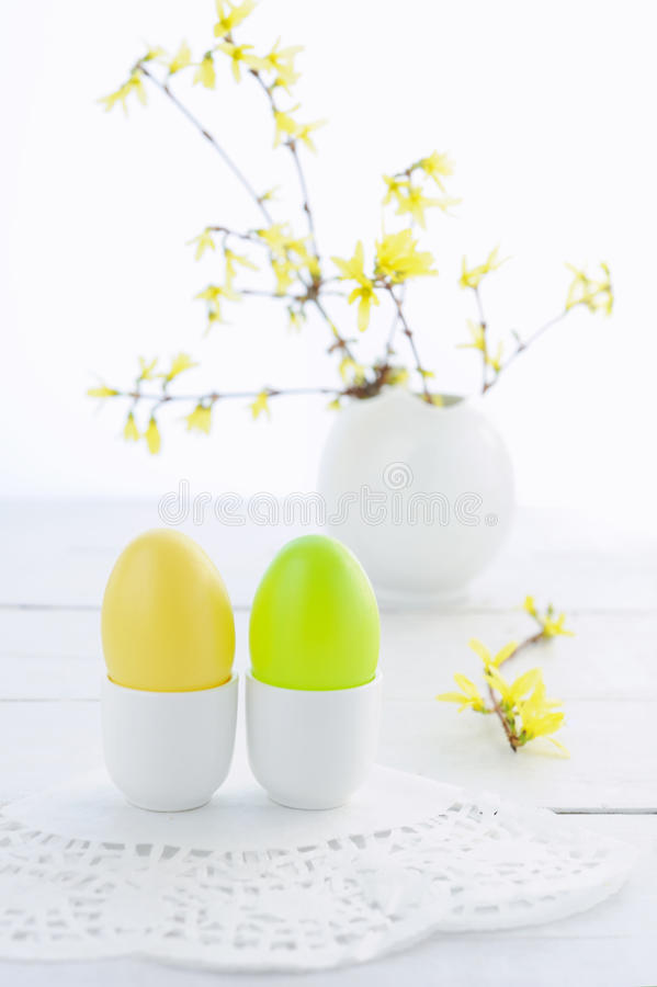 复活节彩蛋和开花的分支在木桌上 免版税图库摄影