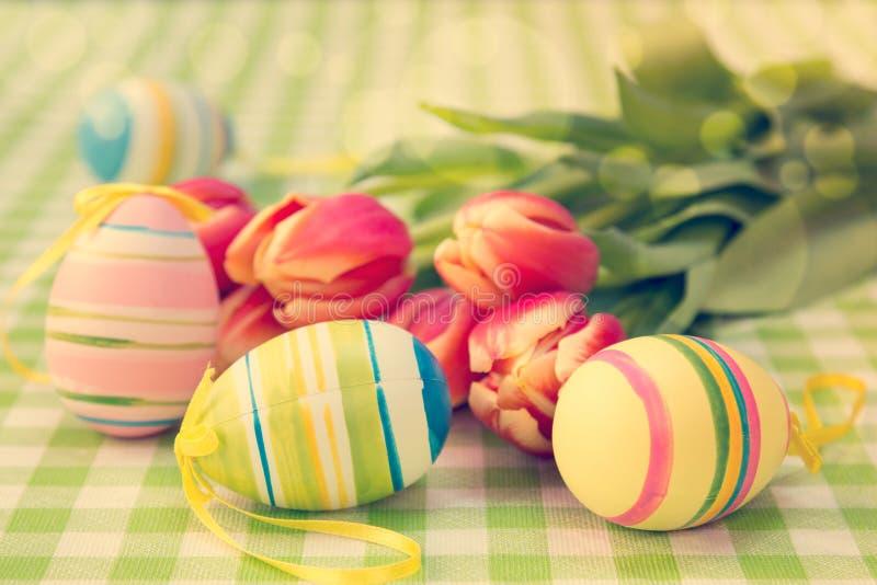 复活节彩蛋和束郁金香 免版税库存照片