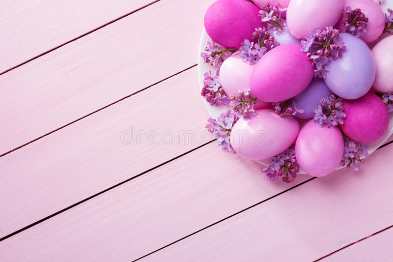 复活节彩蛋和淡紫色花 库存图片