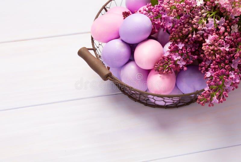 复活节彩蛋和淡紫色花 库存照片