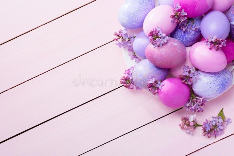 复活节彩蛋和淡紫色花 免版税库存图片