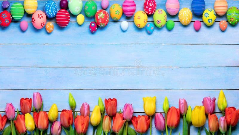 复活节彩蛋和郁金香在框架 免版税库存图片