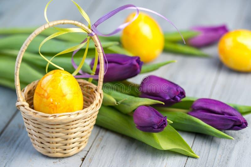 复活节彩蛋和紫色花 免版税库存照片