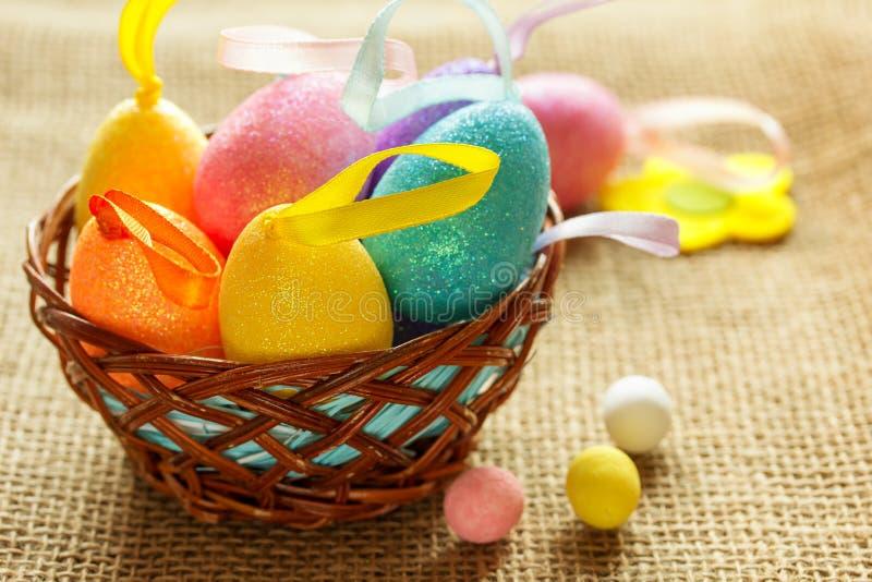 复活节彩蛋在装饰巢软的焦点 免版税库存照片