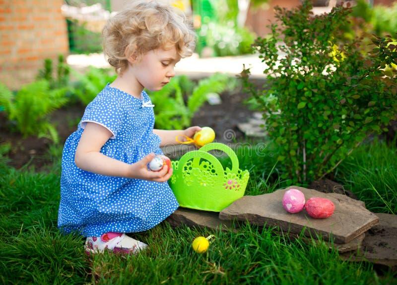 复活节彩蛋狩猎的小女孩 图库摄影