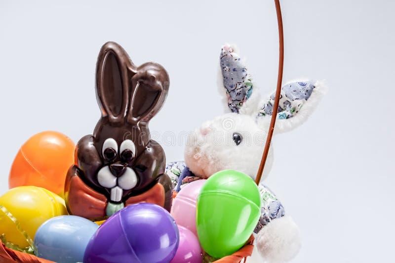 复活节彩蛋篮子,兔宝宝,巧克力 免版税库存照片