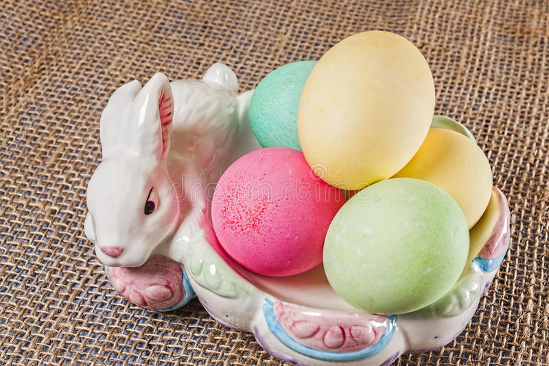 复活节彩蛋,兔宝宝,碗 免版税库存图片
