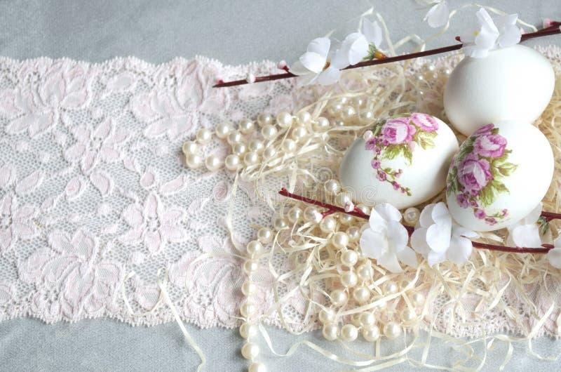 复活节彩蛋decoupage、花、鞋带和珍珠 免版税库存照片