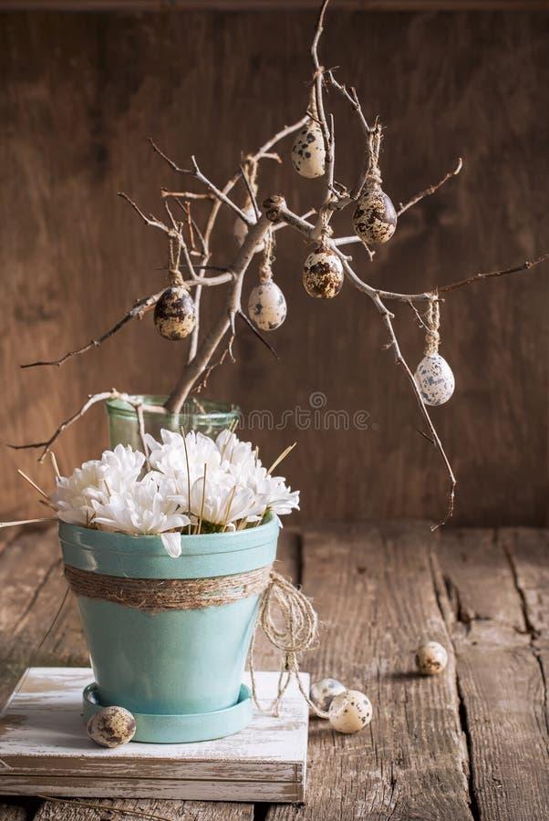 复活节构成用鹌鹑蛋和白花 免版税库存图片