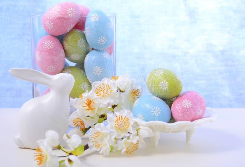 复活节淡色鸡蛋和兔宝宝装饰 免版税库存图片