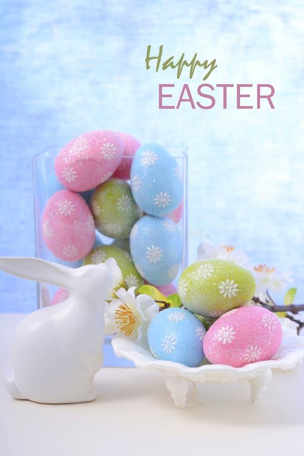 复活节淡色鸡蛋和兔宝宝装饰 免版税库存照片