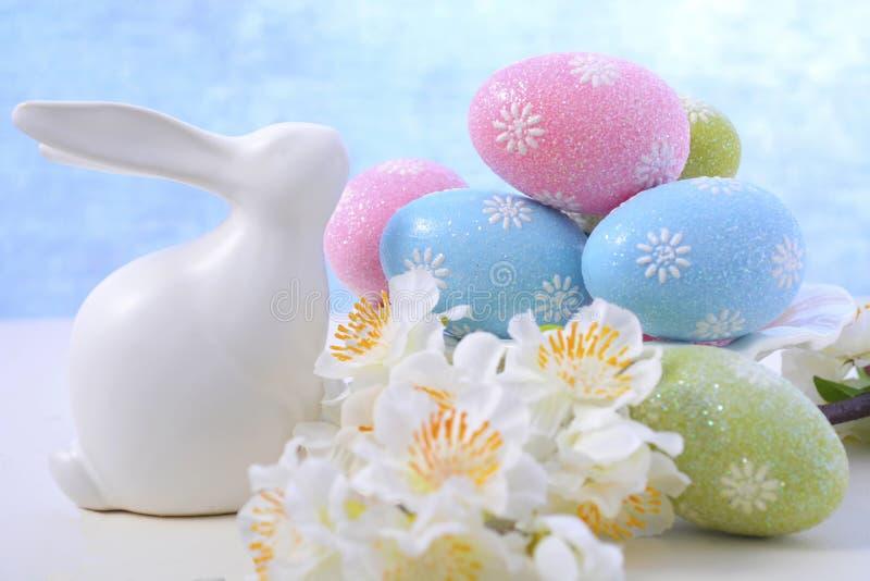 复活节淡色鸡蛋和兔宝宝装饰 库存图片