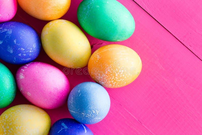 复活节的色的被洗染的自然鸡蛋 免版税库存照片