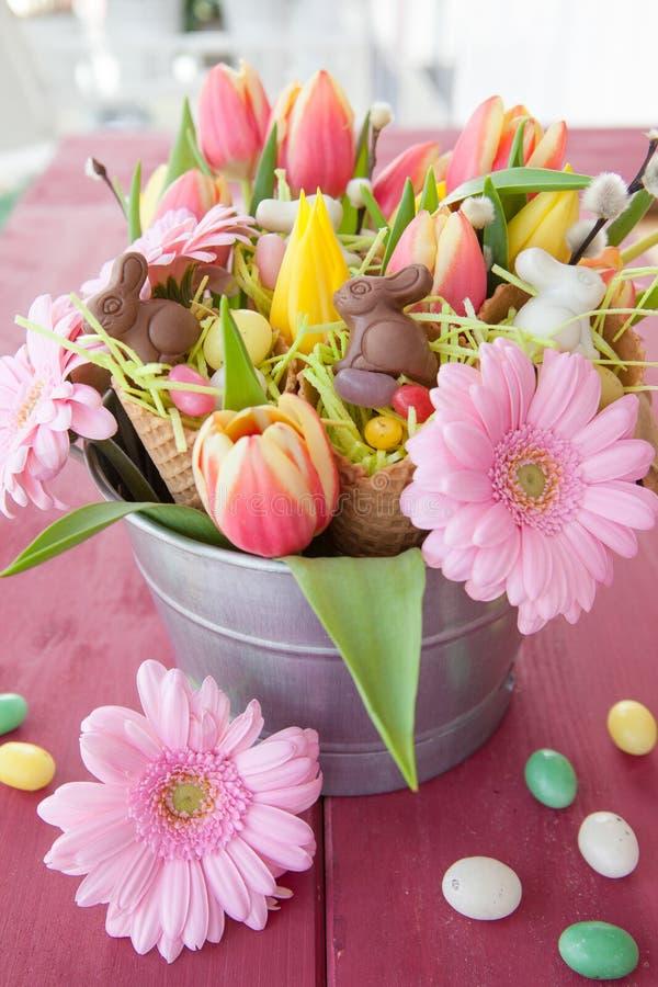 复活节糖果和春天花 库存照片