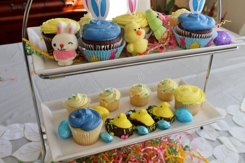 复活节糖果和杯形蛋糕 库存图片