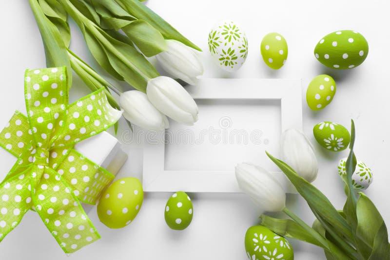 复活节背景用五颜六色的鸡蛋 免版税图库摄影