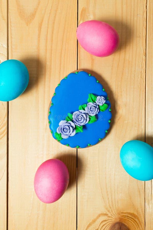 复活节自创姜饼曲奇饼和鸡蛋在木桌上 库存图片