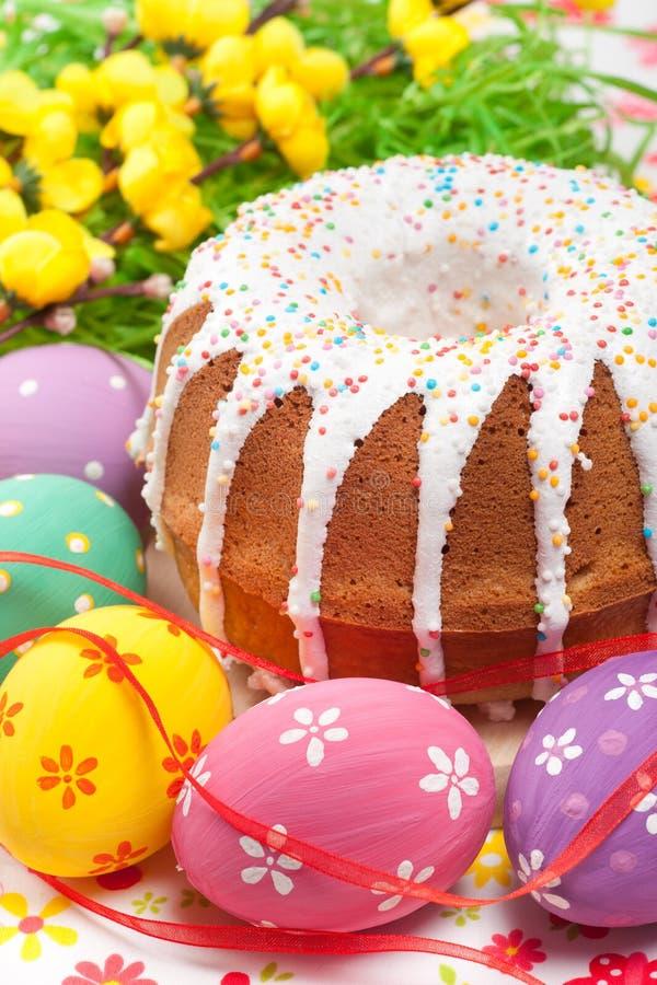 复活节蛋糕和鸡蛋 免版税图库摄影
