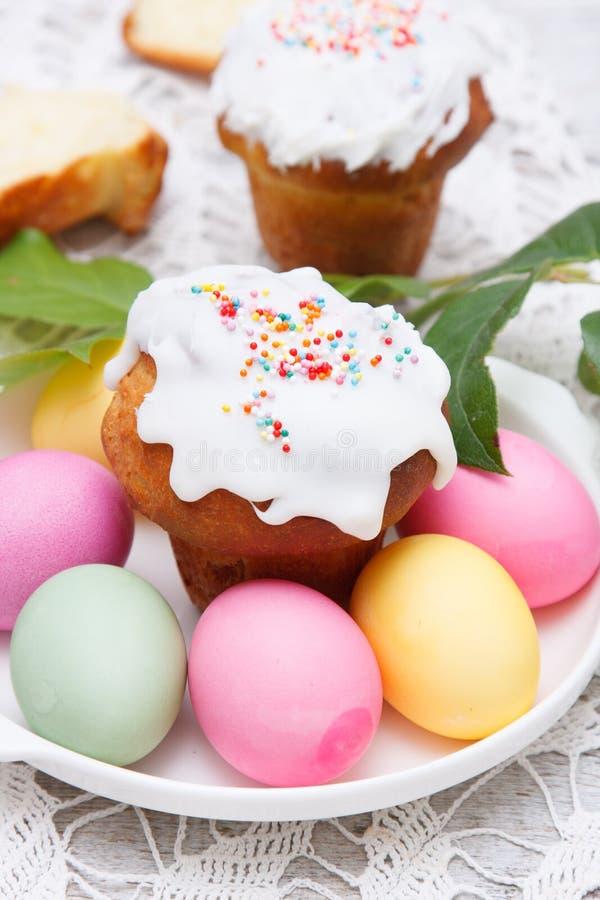 复活节蛋糕和五颜六色的鸡蛋 免版税图库摄影