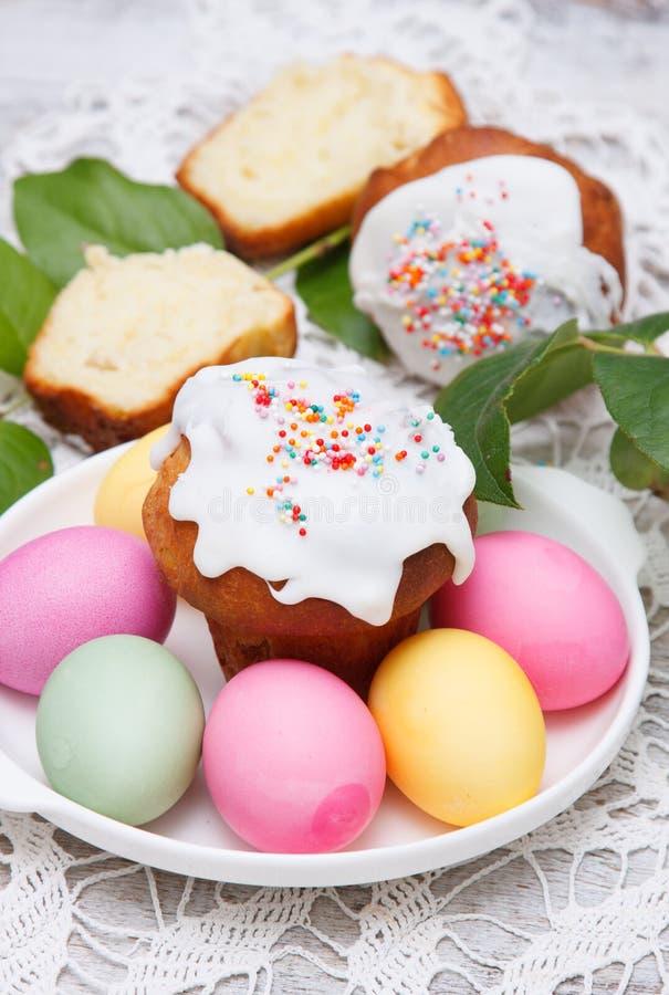 复活节蛋糕和五颜六色的鸡蛋 免版税库存照片