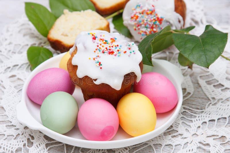 复活节蛋糕和五颜六色的鸡蛋 库存照片
