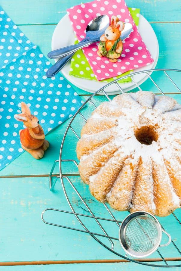 复活节蛋糕和兔宝宝 免版税库存照片