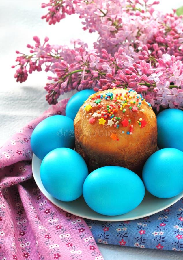 复活节蛋糕和鸡蛋 免版税库存照片