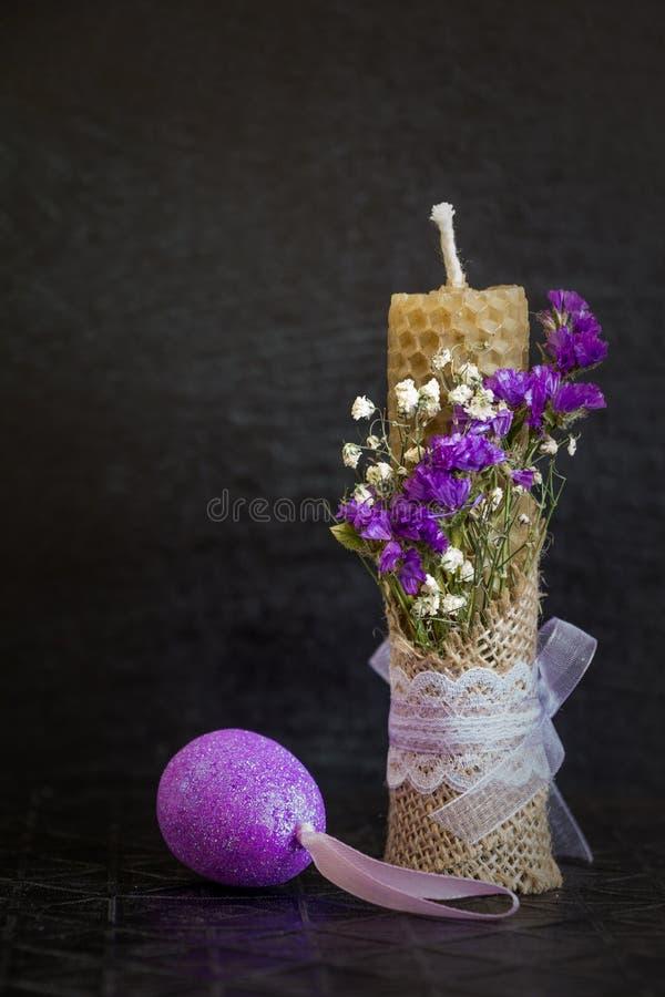 复活节蜡烛和装饰鸡蛋 黑暗的复活节背景 库存图片