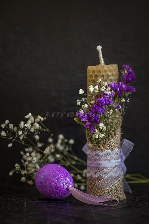 复活节蜡烛和装饰鸡蛋 黑暗的复活节背景 库存照片