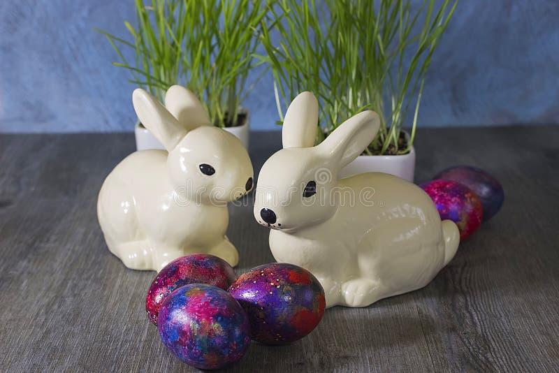 复活节装饰兔子和鸡蛋在灰色木背景 库存图片