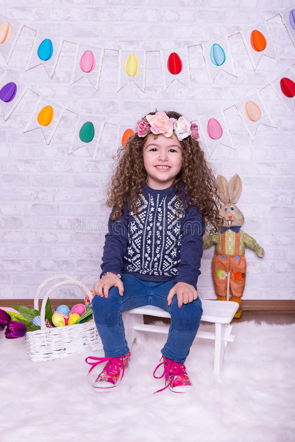 复活节装饰的逗人喜爱的矮小的甜女孩在家 免版税库存图片