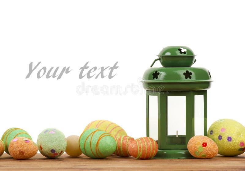 复活节装饰-鸡蛋和灯笼木表面上 库存照片